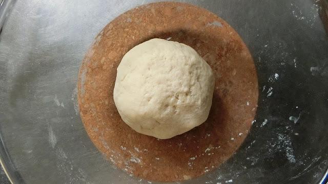 生地をひとまとめにしてラップを被せ、暖かい所に置いて発酵する。