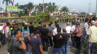 KPU Tebo Menghitam, Massa Bakar Ban Bekas dan Saling Dorong dengan Polisi