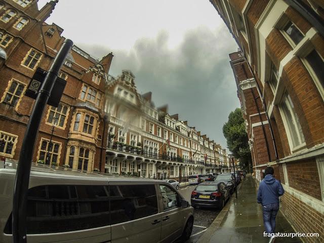 Uma rua do bairro de Kensington, em Londres