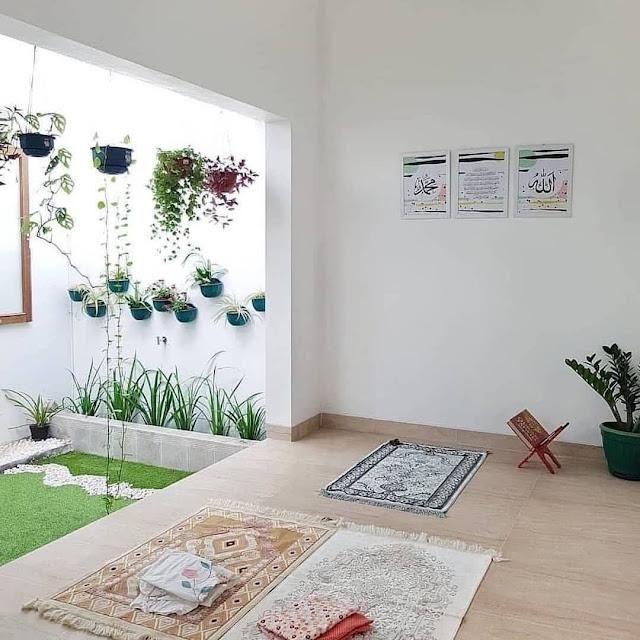 Mushola Minimalis dalam Rumah Dekat Taman Belakang