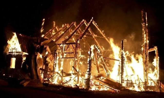Pastor e esposa moram em tenda, após casa ser destruída por gangue em Bangladesh