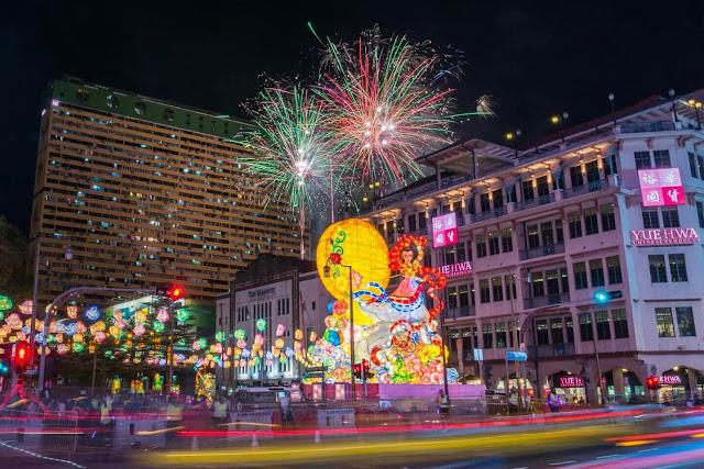 Vào tối 8.9, du khách sẽ có dịp ngắm cảnh tượng lung linh ở khu Chinatown khi được thắp sáng bởi trăm nghìn chiếc đèn lồng rực rỡ qua cuộc rước đèn Trung thu của hàng trăm người dân địa phương.