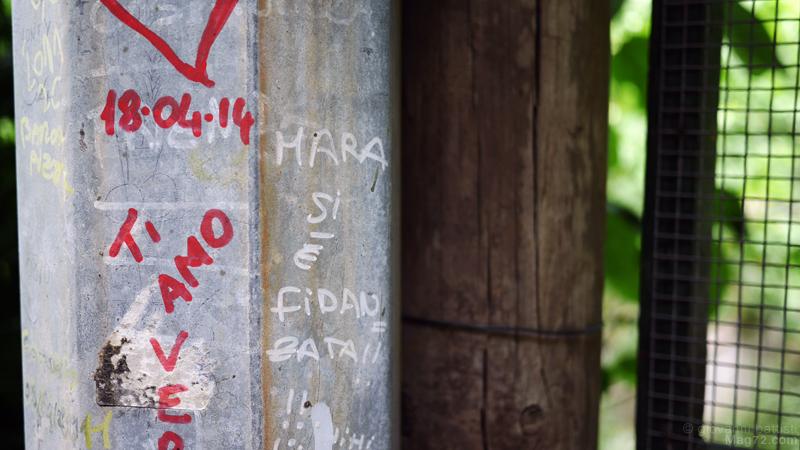 Scritte di amore su di un palo
