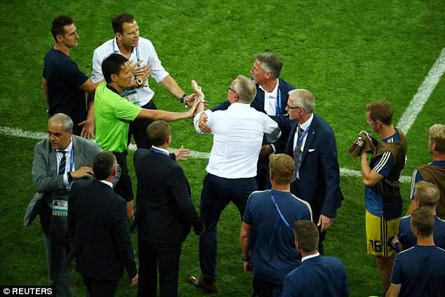 Bị khiêu khích, Thụy Điển lao vào choảng nhau với Đức 3