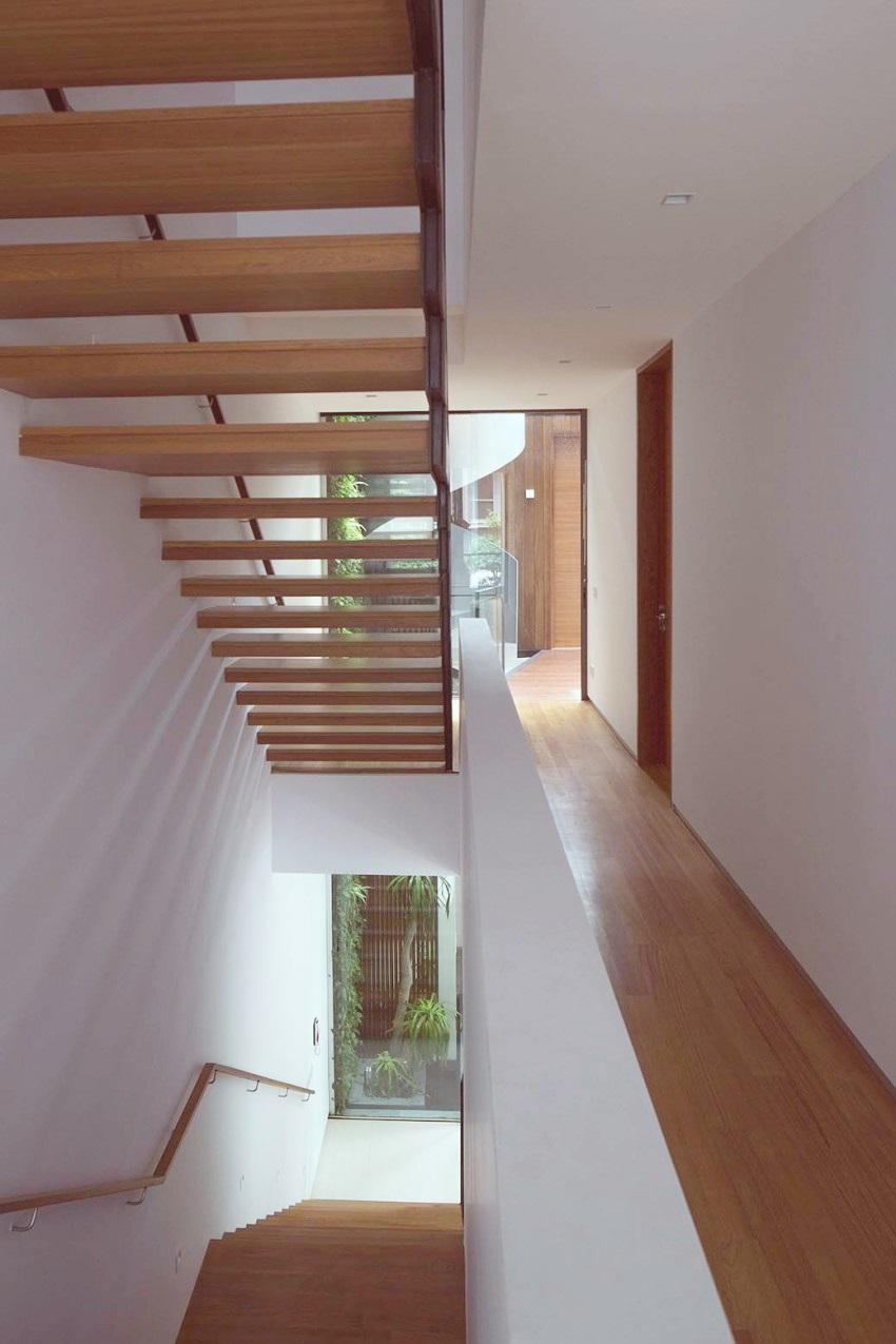 para el interior espacios blancos con madera para suelo en forma de tarima puertas de madera lisas y escaleras de madera voladizas para permitir el paso