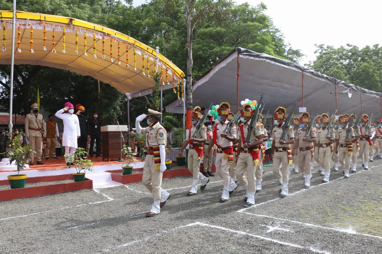 15 अगस्त स्वतंत्रता दिवस समारोह में प्रभारी मंत्री इंदरसिंह परमार ने  किया ध्वजारोहण