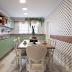Cozinha com marcenaria clássica amadeirada e verde e papel de parede de bolinhas preto e branco!