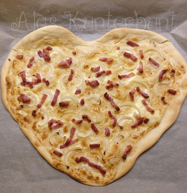 Flammkuchen Elsässer Art von Ala's Kunterbunt zum Valentinstag in Herzform.