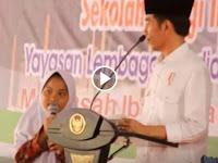 Video Kocak: Begini Ekspresi Jokowi Ketika 'Dicuekin' Siswi SD Yang Girang Dapat Hadiah Sepeda