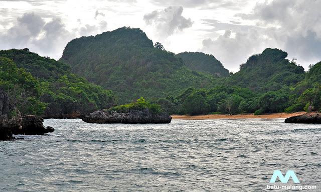 pantai teluk asmoro sendangbiru Malang Selatan