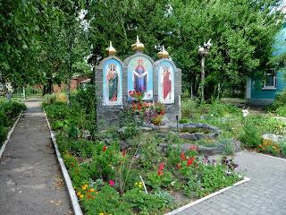 Золотоноша. Цветник на территории Свято-Успенского собора