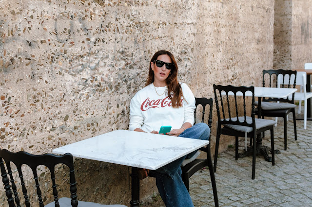 Fashion South con sudadera de Coca Cola de Zara y gafas Rayban Wayfarer