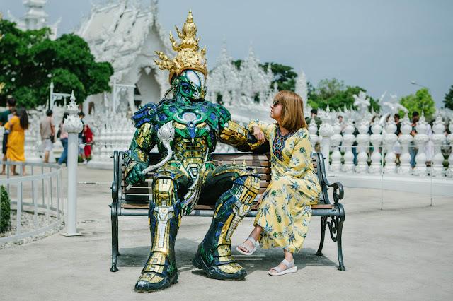 Bao quanh chùa là một công viên với hồ nước và rất nhiều tác phẩm điêu khắc thủ công kỳ lạ, có thể là một ác quỷ, đầu lâu, hay các quái vật trong văn hóa dân gian Thái Lan.
