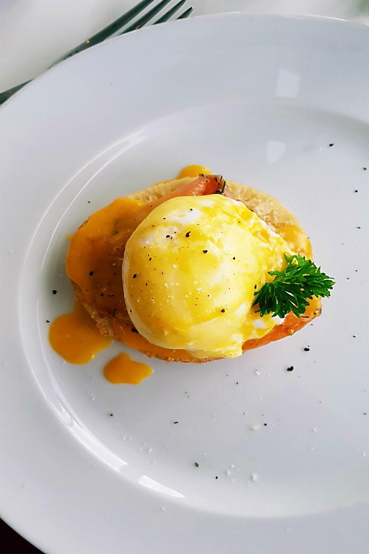 Egg Benedict mit Lachs zum Frühstück in der X-Lounge der Mein Schiff 5  | Arthurs Tochter kocht. Der Blog für Food, Wine, Travel & Love von Astrid Paul