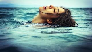 Προσοχή - Κράμπα στη θάλασσα: Ποιες οι κινήσεις που θα σας σώσουν