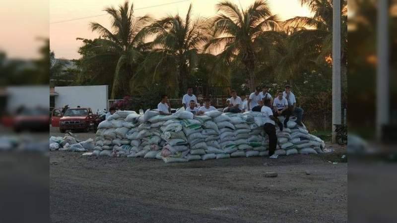 Carteles Unidos instala barricadas en la carretera Apatzingán - Buenavista y obliga a pobladores a defenderlas