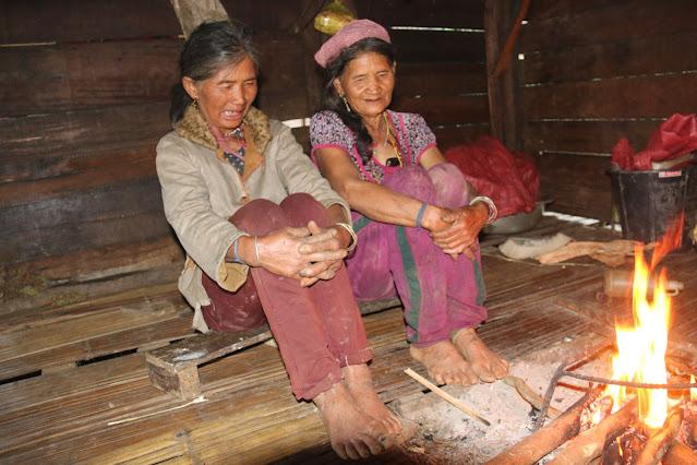 Góc bếp nhà sàn của chị em bà Y Ghe, Y Ghế ở làng Tu Thó
