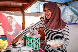 WOW! Gadis Cantik Lulusan S1 Ilmu Management ini Memilih Berjualan Nasi Sayur di Alun-Alun Surakarta.