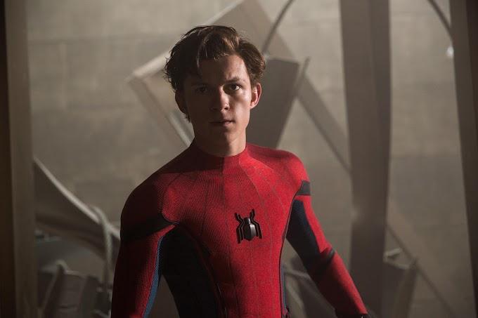 ヒーローはけして、下を向いて、うつむいたりはせず、正面を見据える前向きの姿勢を貫かなければならない‼️という教訓を、アベンジャーズの先輩たちから、しっかりと学んでいたスパイダーマンのトム・ホランド‼️😳