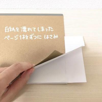 Sisipkan Tisu Toilet di Antara Lembaran Buku yang Basah