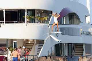 Jennifer-Lopez-poses-for-a-photo-shoot-on-the-deck-of-her-yacht-off-St.-Tropez.-a7hlbc83vu.jpg