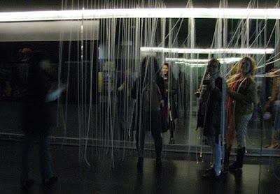 mulheres em área interativa no museu dos Descobrimentos em Belmonte