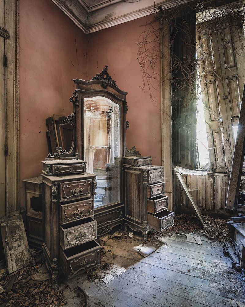 Abandoned places photographer Simon Yeung capture photographs of abandoned places and abandoned buildings
