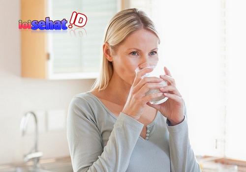 Manfaat minum air putih yang cukup untuk kesehatan kita ini wajib anda lakukan