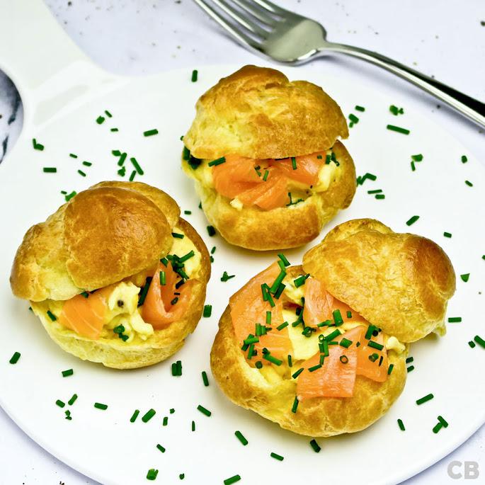 Recept: zo maak je zelf hartige soesjes gevuld met roerei met gerookte zalm!