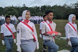 Lapangan Becek, SMKN1 XIII Koto Kampar Tetap Lakukan Upacara Peringatan Hari Sumpah Pemuda
