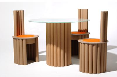 Comedor con sillas hecho con tubos de cartón.