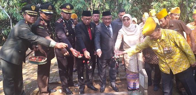 Hari Pahlawan, Walikota Tabur Bunga di Makam Pahlawan