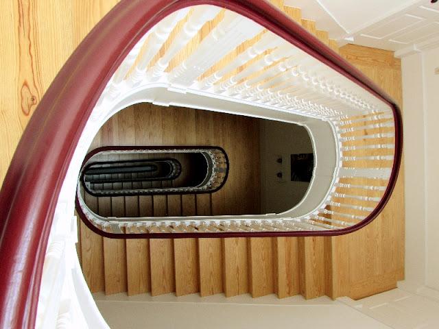 escada e corrimão de um edifício antigo