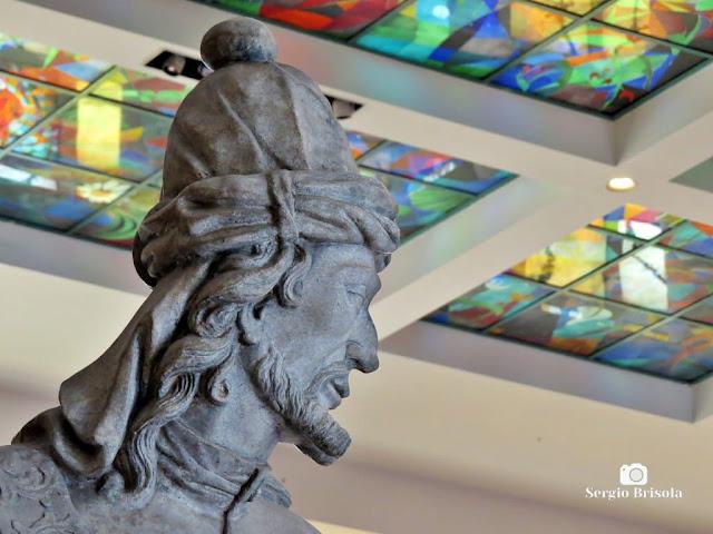 Fotocomposição com uma escultura e vitral do Museu de Arte Brasileira - MAB-FAAP - São Paulo