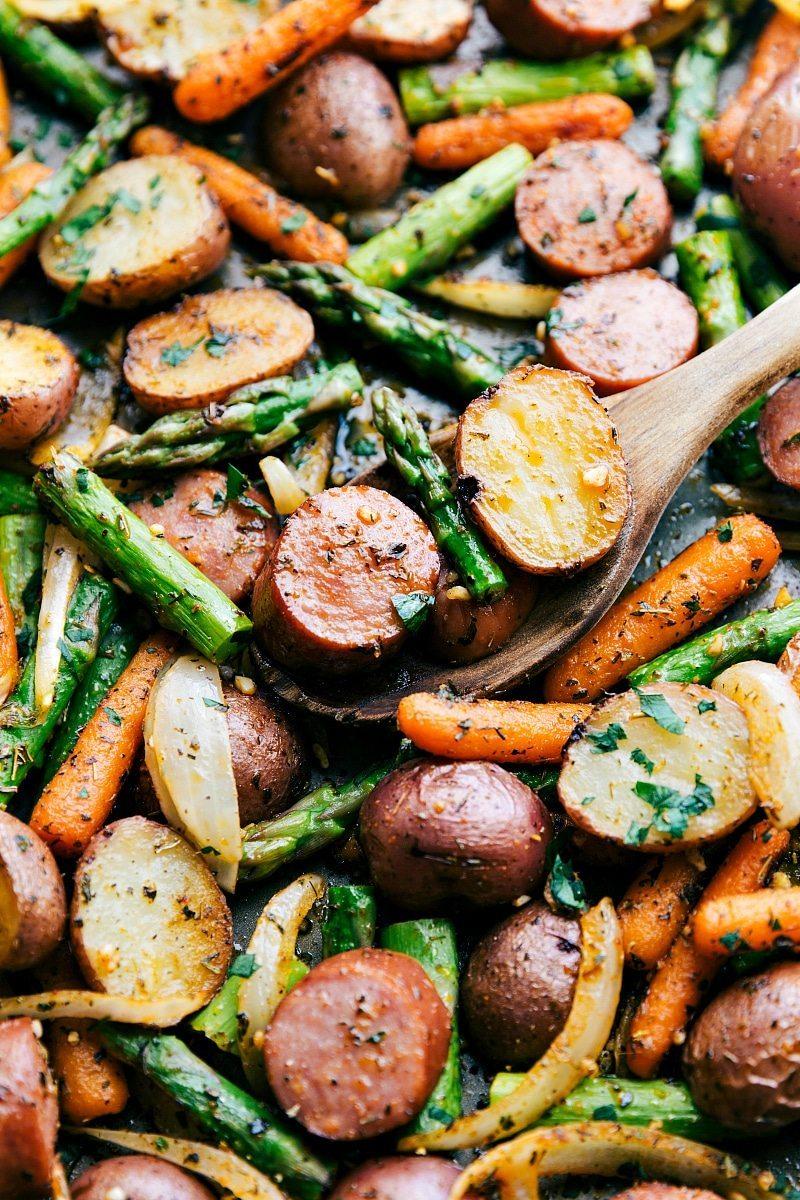ROASTED GARLIC POTATOES, ASPARAGUS, AND SAUSAGE #dinner #asparagus #mushroom #vegan #garlic