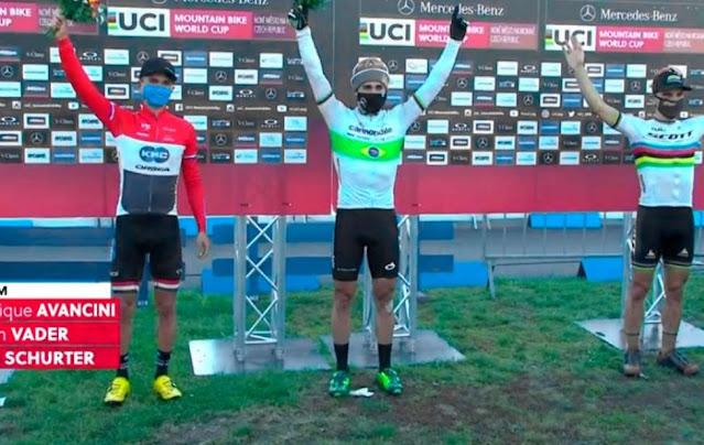 Henrique Avancini e ciclistas comemoram pódio