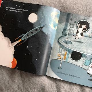 """""""Ich lieb dich, bis die Kühe fliegen"""" von Kathryn Cristaldi, illustriert von Kristyna Litten, erschienen im Verlag Mixtvision, Bilderbuch, Rezension auf Kinderbuchblog Familienbücherei"""