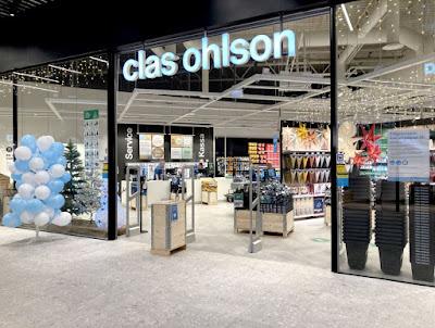 Bild från utsidan in i Clas Ohlsons butik på Torp.