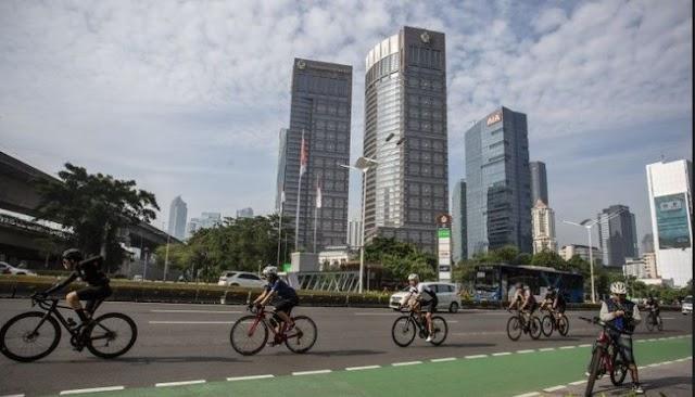 Memperingati Hari Sepeda Sedunia, Ditlantas Polda Metro Jaya mengawal sejumlah pesepeda di jalur berproteksi