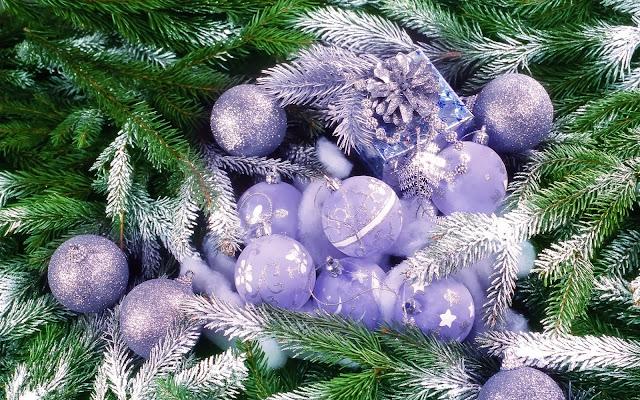 Kerst wallpaper met boom met lichtpaarse decoratie