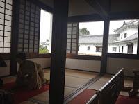 sala ricoperta di tatami e riproduzione della vita di corte