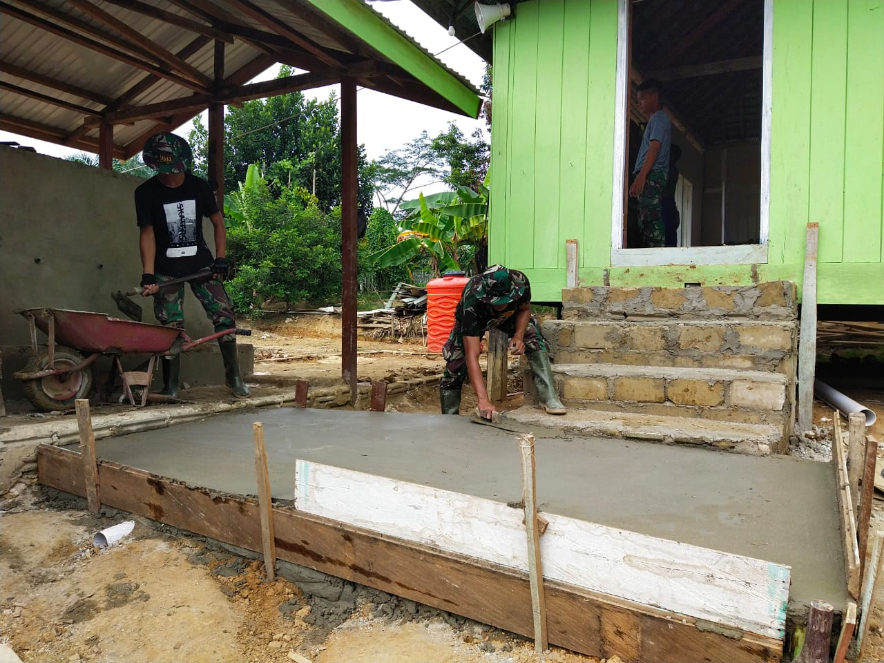 Pemlesteran Lantai Dasar Tangga Samping Mushola