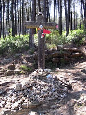 cruz de pedra em cima de algumas pedras