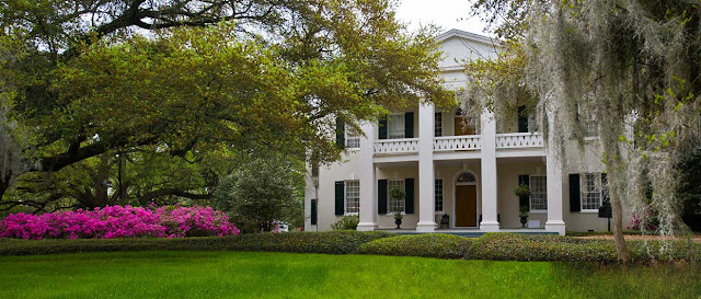 An early 19th-century antebellum mansion set in 26 acres of manicured gardens. Monmouth Historic Inns and Gardens in Natchez is a National Historic Landmark.