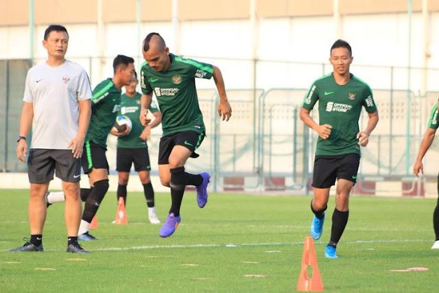 timnas indonesia sedang berlatih di lapangan
