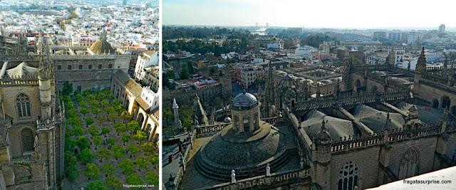 O Patio de Los Naranjos e Sevilha vistos do alto da Torre da Giralda