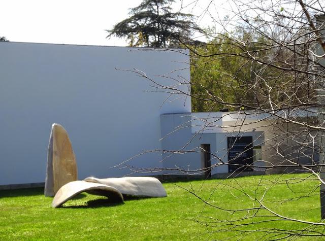 escultura no relvado ao lado do Museu de Arte Contemporânea do Porto