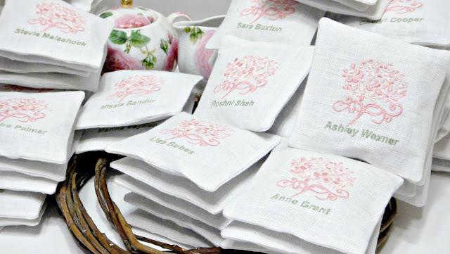 Свадебные сувениры гостям - подарки от молодоженов: натуральный лен, внутри - сухие бутоны лаванды. Вышитая картинка, логотип, дата или имена - на усмотрение заказчика