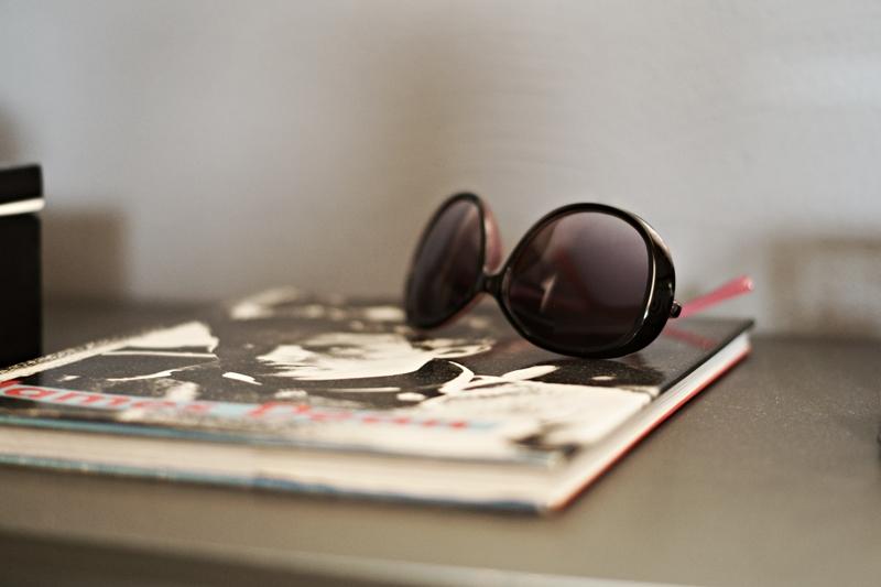 Blog + Fotografie by its me - Rooming Flur, Sonnenbrille auf einem Buch über James Dean