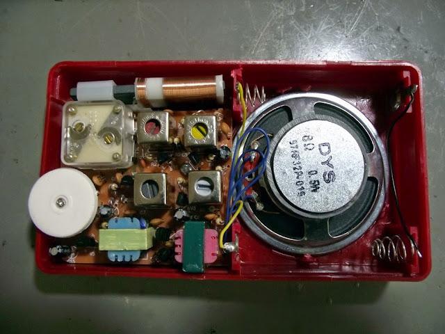 Kit de rádio AM montado.